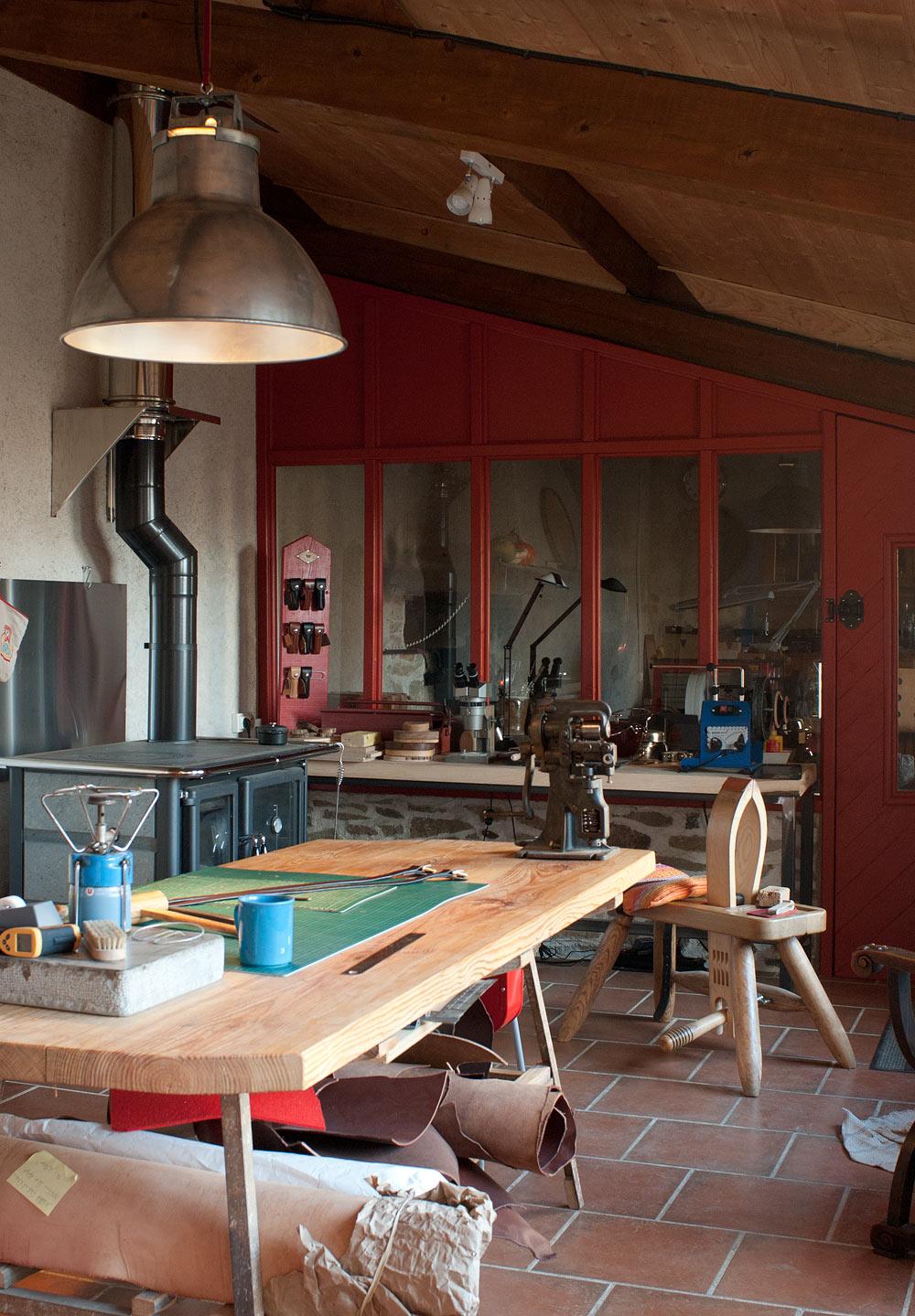 atelier cuir subdivise couture à la main