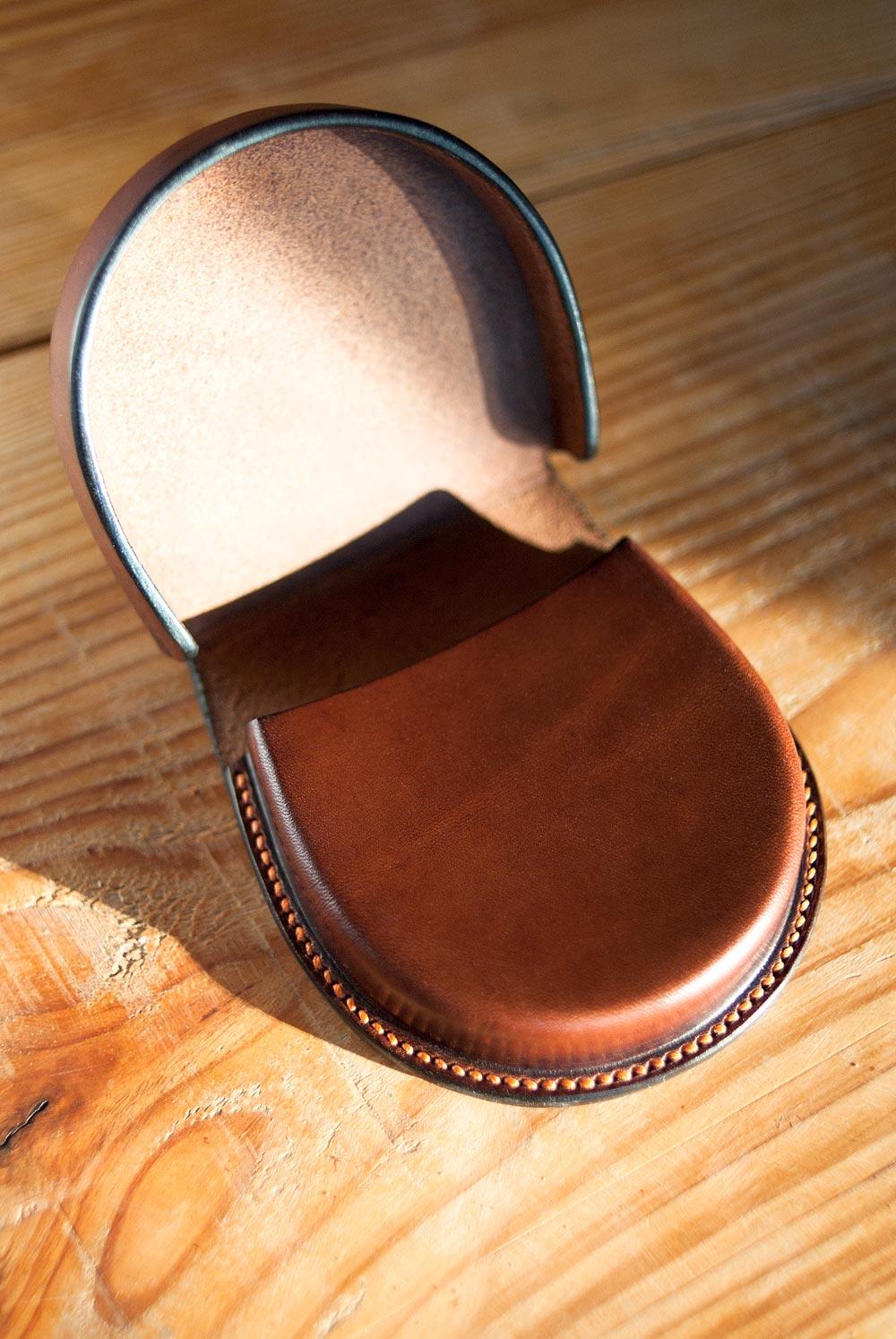 porte monnaie demi lune fer à cheval en cuir moulé