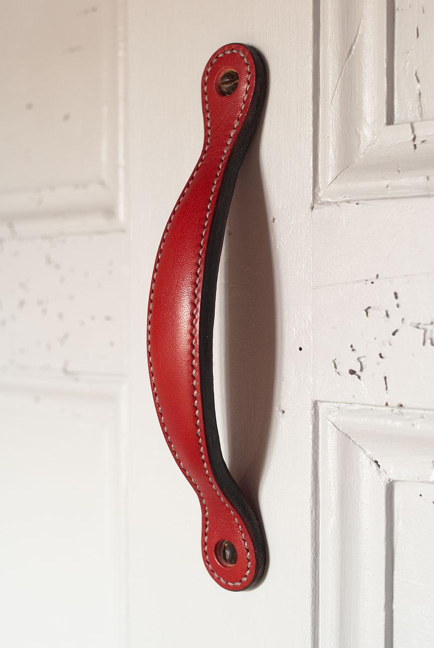 Poign e de porte coulissante en cuir doubl et bomb for Vis de poignee de porte
